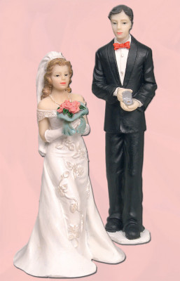 Brautpaar mit Blumen und Ringen