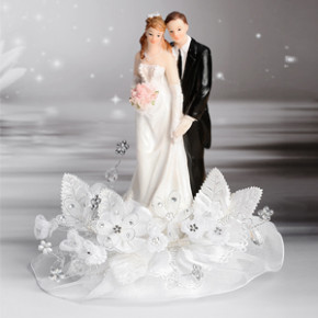 Brautpaar auf Tüll, mit Blumen- und Perlenbouquet, Polystone