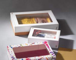 Tortenkarton mit Klarsichtfenster, weiss mit Goldschleife