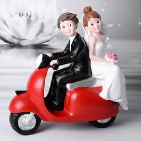 Brautpaar mit roter Vespa, Polystone, 17cm, 4 Stück65,71